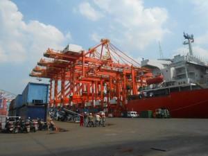 Llegan las grúas porta contenedores al puerto La Plata