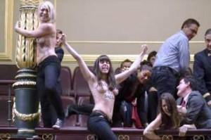 """Activistas muestran sus """"lolas"""" en el parlamento español"""