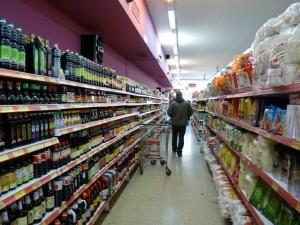 Supermercadistas chinos denuncian que no les entregan productos de Precios Cuidados