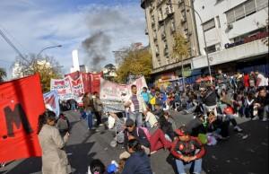 Organizaciones sociales marcharon en La Plata y amenazaron con cortes de ruta
