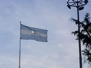 Saintout, la Bersuit y la bandera de Plaza Belgrano