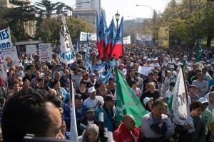 Municipales marcharon a la Legislatura por la Ley de Paritarias y contra los despidos