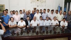 Para cuidarse las espaldas, intendentes del PJ apoyan a Vidal