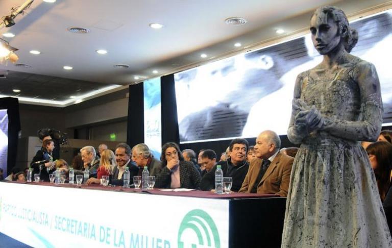 El acto del PJ en La Matanza, además de definiciones políticas mostró una novedosa estatua viviente de Evita.