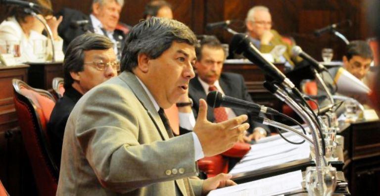 Muy enojado, el senador Carlos Fernández, con la decisión de Vidal de sacar a Elustondo de Producción.