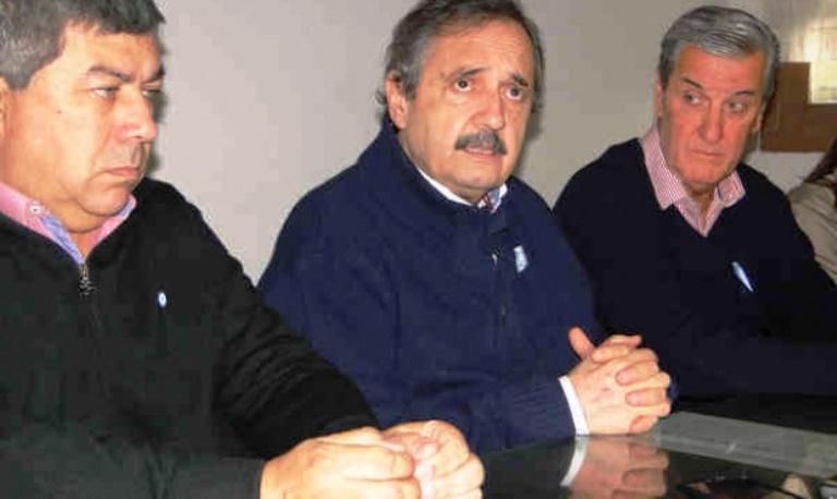El senador provincial Raúl Fernández y el presidente del comité de Azul, Rodolfo Álvarez Prat, flanquean a Ricardo Alfonsín durante la conferencia de prensa. (Foto El Tiempo-InfoGEI)