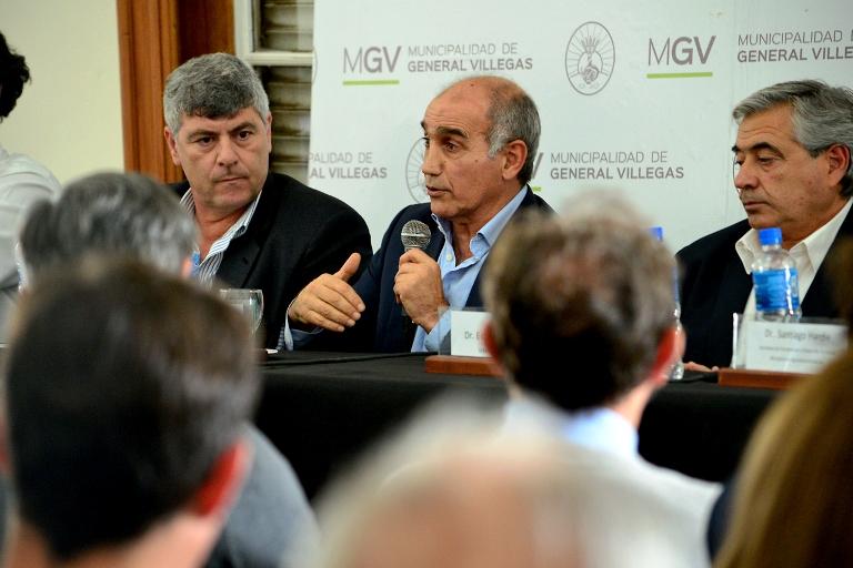 Salvador explica a vecinos y productores de Villegas los alcances de la ayuda de la Provincia para enfrentar las inundaciones.