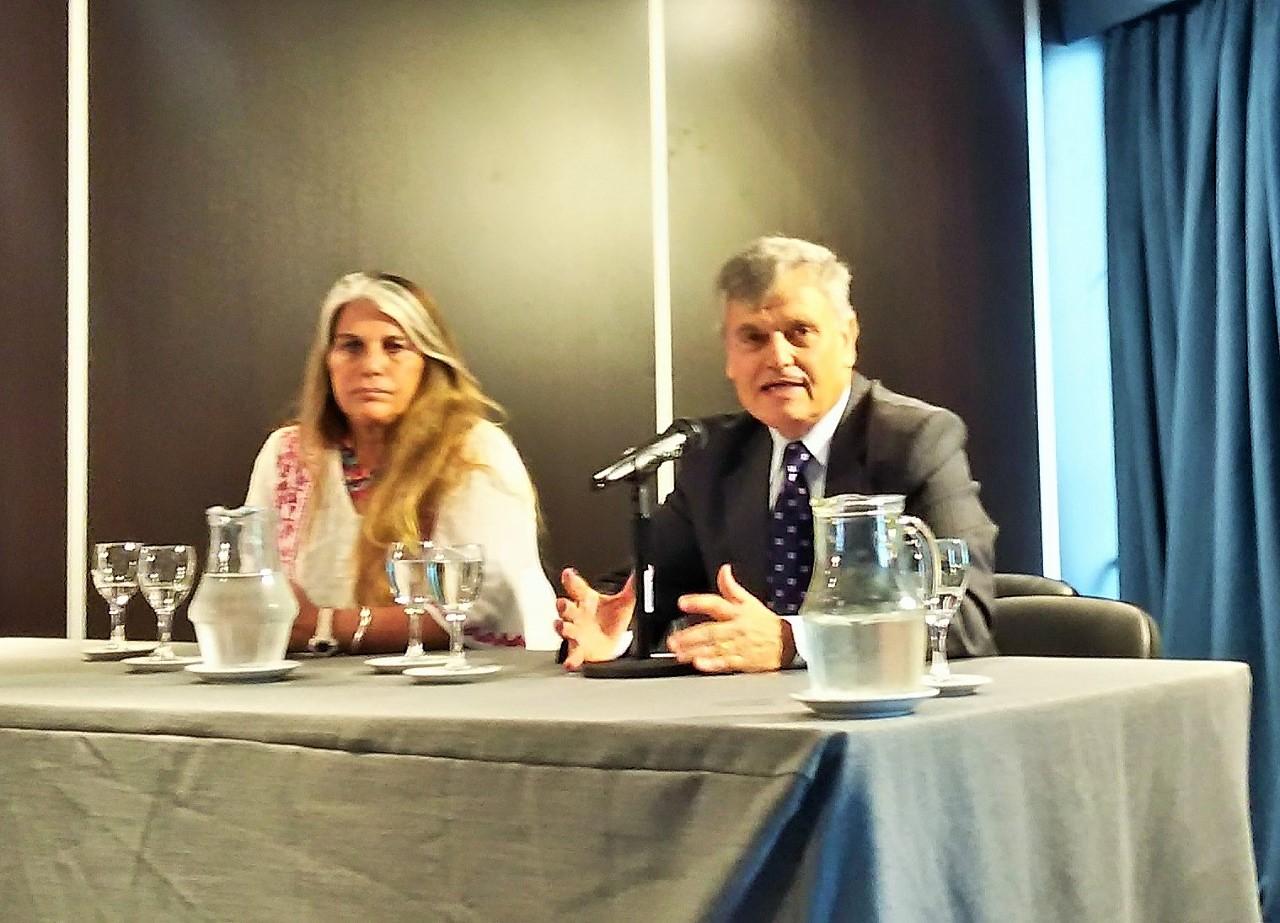 María Graciela Iglesias, secretaria ejecutiva del Órgano de Revisión de Salud Mental de la Nación, en el panel junto a Marcelo Honores.