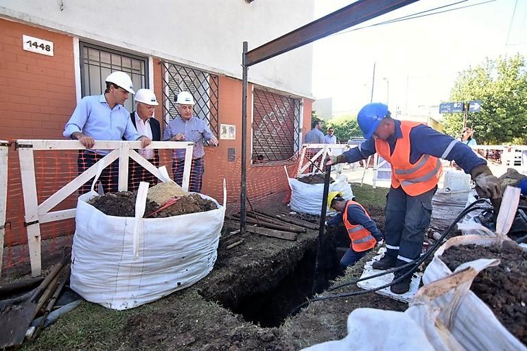 Garro y Sardella en las obras que apuntan a solucionar la prestación de ABSA en Los Hornos.