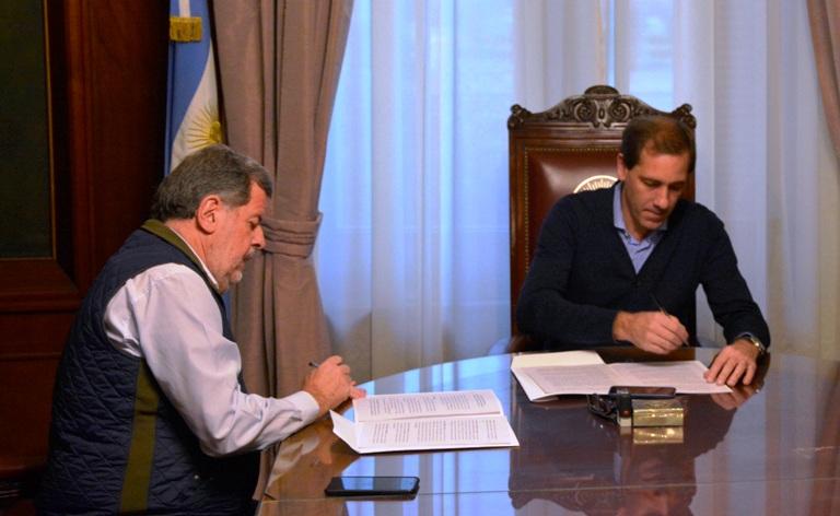 Elustondo y Garro firman el acuerdo que apunta al desarrollo de las Pymes platenses.