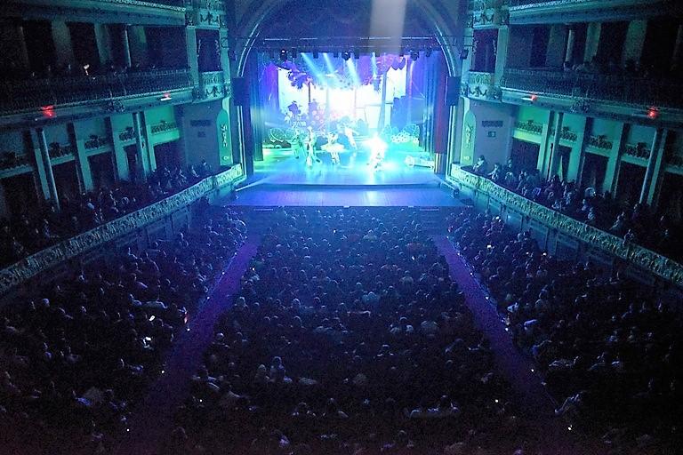 Sala colmada en el Teatro Coliseo Podesta, un clásico de las vacacio es en La Plata.