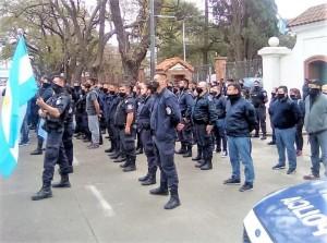Mientras esperan a Kicillof, sigue la protesta de policías