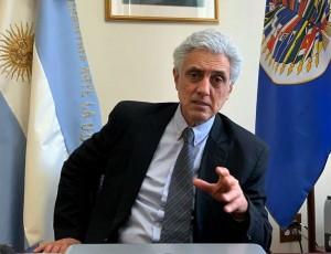 Político platense, devenido en embajador, destrozado por ex camaradas