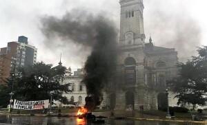 Qué hay detrás de la protesta que bloquea el Palacio Municipal